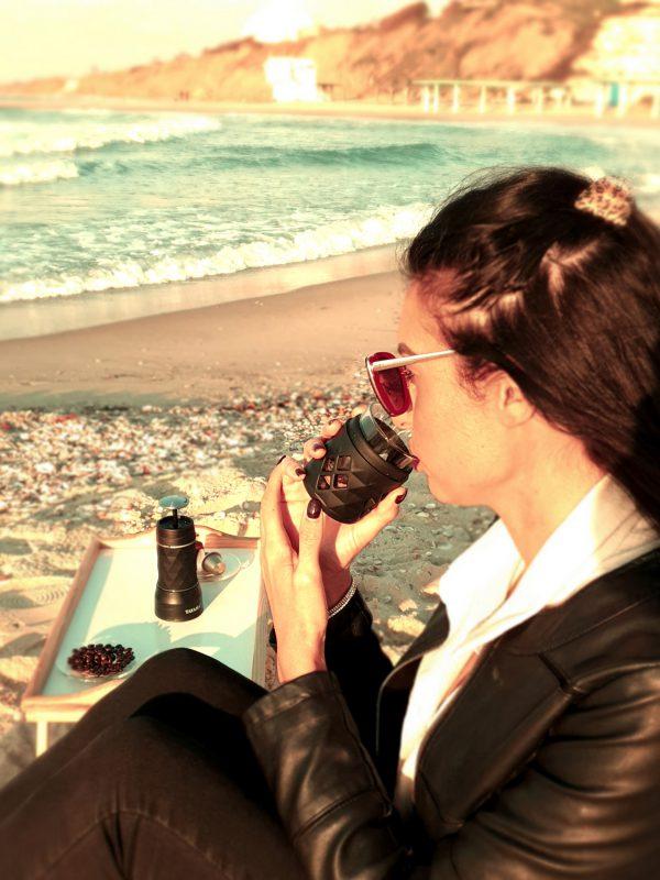 שותה קפה ממכונת אספרסו ניידת